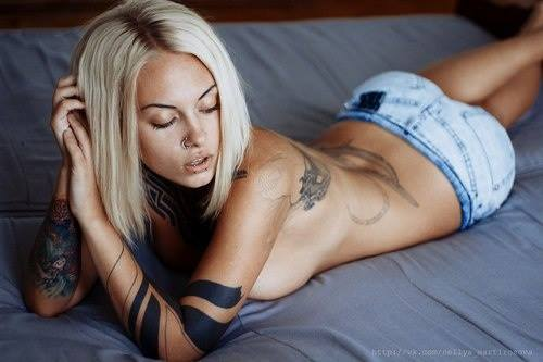 sexy blonde back tattoo